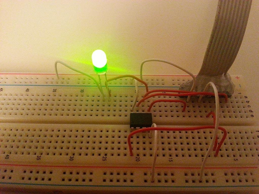 Wir verbinden eine LED mit Pin 5 um unsere Testschaltung in Aktion sehen zu können.