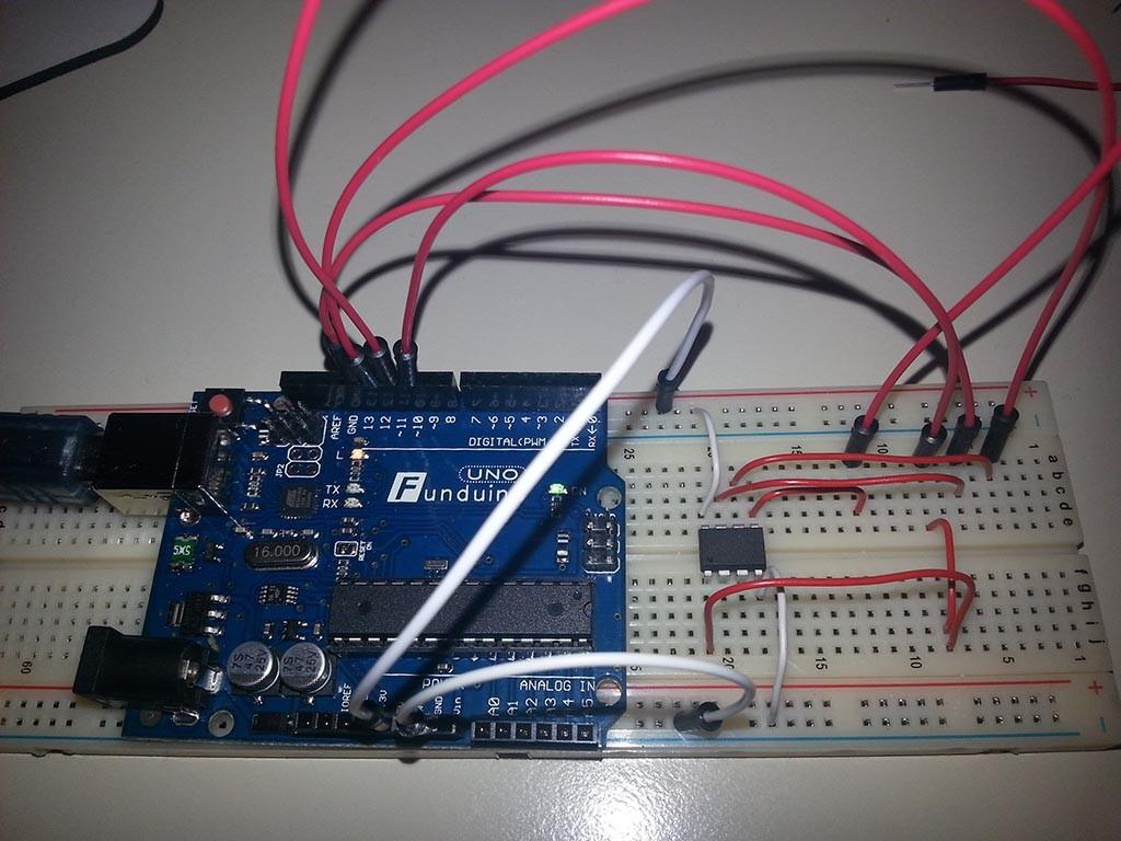 Die weißen Kabel sind +5V und GND-Verbindungen. Alle roten Kabel sind Datenleitungen. Zum Vergrößern Bild anklicken.